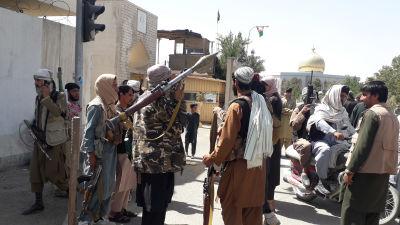 Taliban-taistelijat kerääntyneenä taistelun jälkeen.