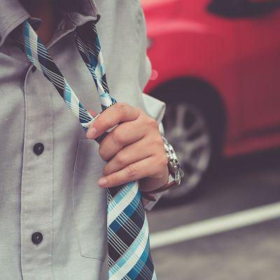 Man som lossar på sin slips.