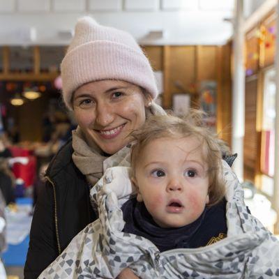 Vauva-aamu Leikkipuisto Linjassa, Helsinkiläinen Elina Laihomäki ja hänen 9kk vanha poikansa Sebastian Seeley