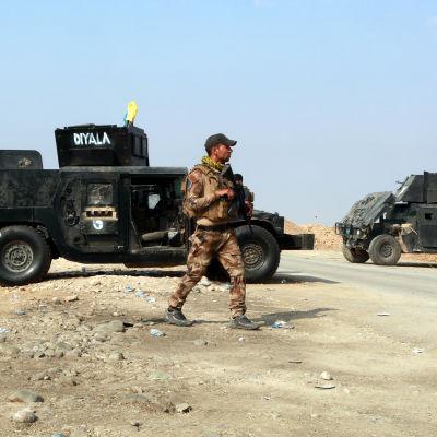 Irakiska soldater vid humvees