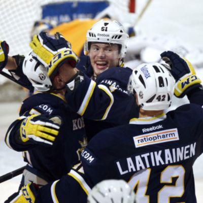 Bluesin Tommi Huhtala (kes.) juhlii SM-liigauransa ensimmäistä hattutemppua, 5.1.2013h