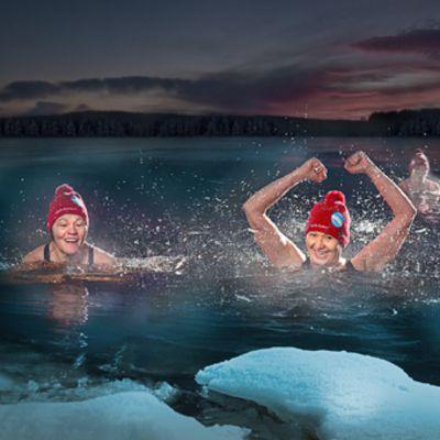 Avantouimarit ja MM-kisojen järjestäjät Lilja Hiltunen ja Kirsi Lantto Rovaniemen Kukanniemen avantouintipaikalla. MM-kisojen areena on Kemijoen rannassa, Jätkänkynttilän sillan kupeessa.