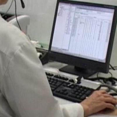 Lääkäri tarkkailee potilastietoja tietokoneelta.