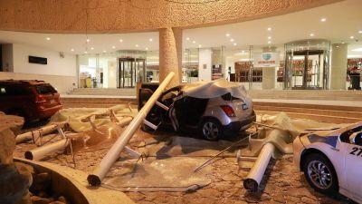 Den här bilden visar bråte som föll ner på parkerade bilar i Acapulco under skalvet.