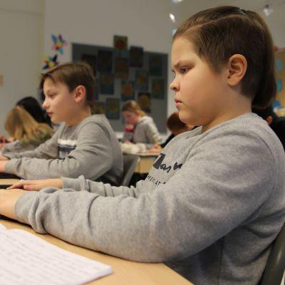 Korkalovaaran peruskoulun oppilaat kirjoittavat tietokoneella