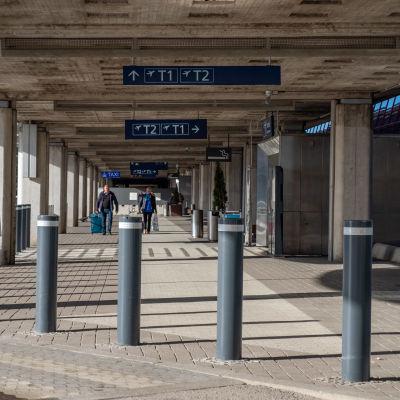 Helsinki-Vantaan lentoasemalla terminaali 1:een johtava kulkureitti.