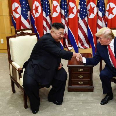 Kim Jong- Un och Donald Trump skakar hand efter toppmötet i den demilitariserade zonen mellan Nord- och Sydkorea.