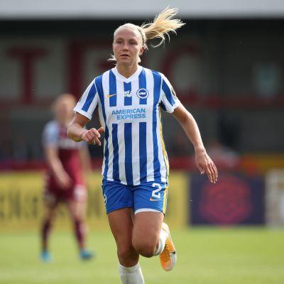 Emma Koivisto juoksee kentäkkö Brightonin paidassa.