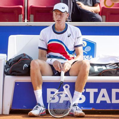 Emil Ruusuvuori istuu pettyneenä tappion jälkeen Båstadissa.