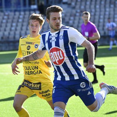 AC Oulus Otso Liimatta håller koll på HJK:s Luis Henrique.