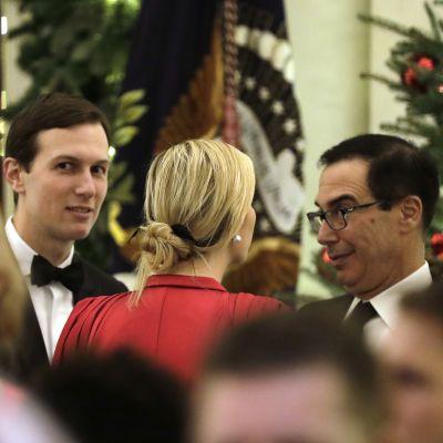 USA:s finansminister Steven Mnuchin (t.h.) samtalar med presidentdottern Ivanka Trump i Vita huset inför julen.