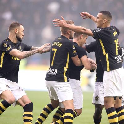 AIK firar mål.