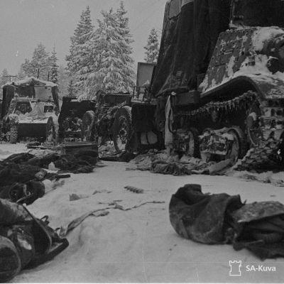 Sotasaalista ja kaatuneita Raatteen tiellä talvisodassa 1940