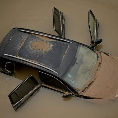 En bil övertäckt av lerigt vatten i Zhengzhou, Henan-provinsen, bilden tagen 22.7.