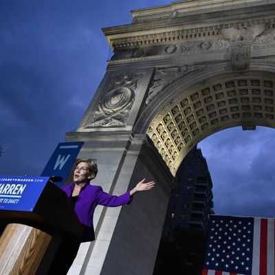 Elizabeth Warren håller tal vid Washington Square Park i New York.