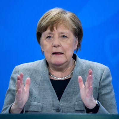 Halvnärbild av en kostymklädd kvinna i övre medelåldern. Tysklands förbundskansler håller presskonferens den 15 april 2020 om restriktionerna med anledning av coronaviruset.