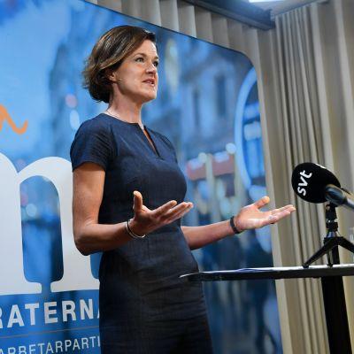 Anna Kinberg Batra meddelar att avgår som Moderaternas partiledare.