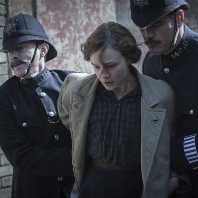 Maud (Carey Mulligan) blir arresterad av två poliser.