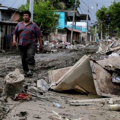En förstörd väg i Honduras.