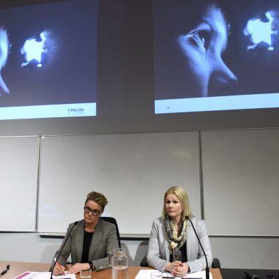 Kriminalöverkommissarie Sari Sarani (t.v) och kriminalkommissarie Sanna Springare  under en presskonferens i Vanda i dag.