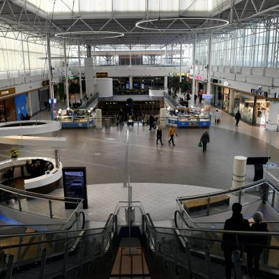 En stor hall med ett fåtal människor synliga på avstånd. Köpcentret Jumbo vid Ring 3 den  21 mars 2020.