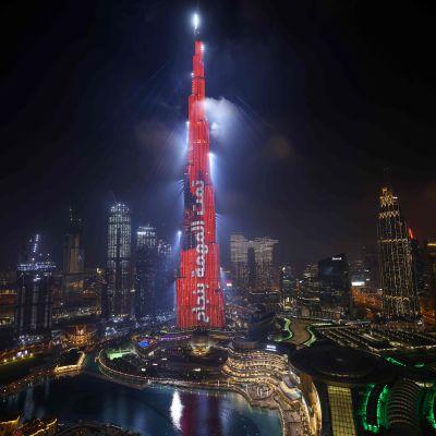 """Burj Khalifa-tornet i Dubai lyses upp i rött och med texten """"uppdraget slutfört"""" skriven på arabiska den 9 februari 2021 då sonden Amal lade sig i omloppsbana runt Mars."""