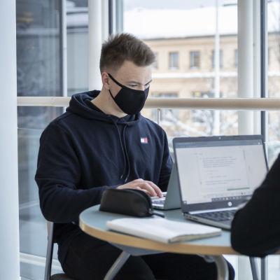 Roope Sarajärvi opiskelee kirjastossa.