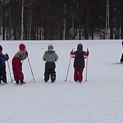 Lapsia hiihtämässä.