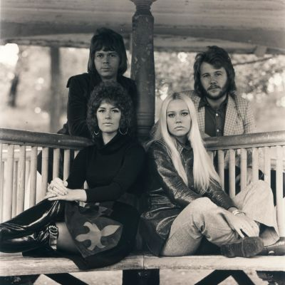 ABBA 1972 poserar utomhus i paviljong.