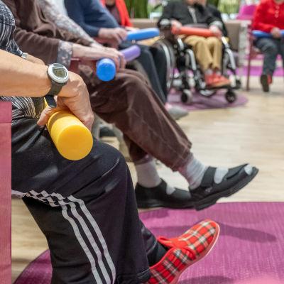 Gymnastik för en grupp äldre