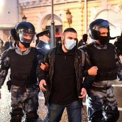 Rysk polis griper en man som deltog i en demonstration i Moskva den 15 juli 2020 mot den nya ryska grundlagen.