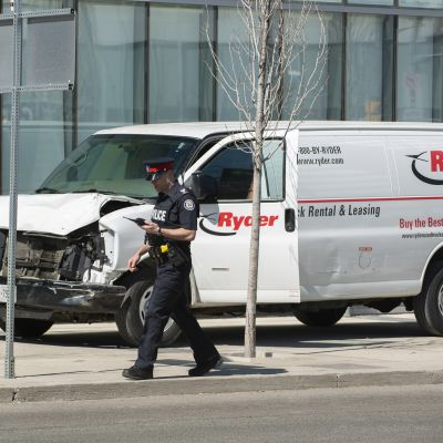 En hyrd skåpbil sitter på trottoaren i Toronto. Föraren har gripits.