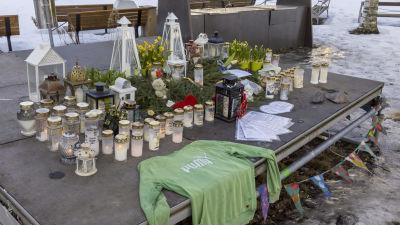 Ljus på platsen där offret hittades på Forsby sjukhusområde.