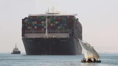 Ever Given på väg ut ur Suezkanalen.