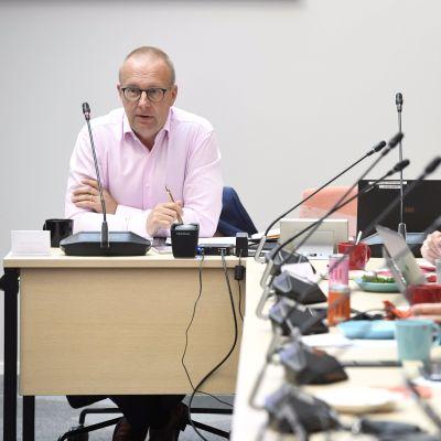 Jarkko Eloranta vid ett mötesbord.