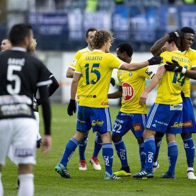 HJK firar mål.