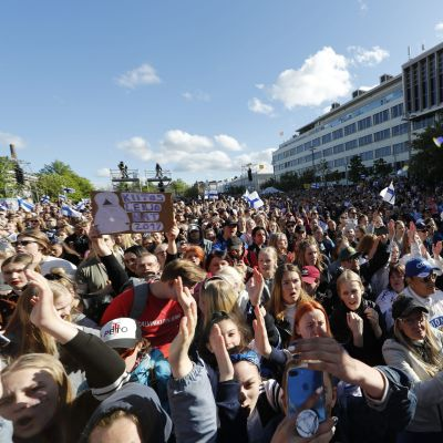 Människor firar Lejonens VM-guld i Tammerfors.