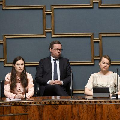 Marin, Lintilä, Kulmuni och Haatainen sitter i riksdagen på regeringens läktare.