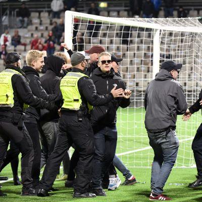 Faneja kentällä Stadin derbyssä.