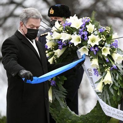 President Sauli Niinistö deltar i kransnedläggning vid hjältekorset på Sandudds begravningsplats på självständighetsdagen 2020.