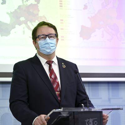 Mika Salminen bakom ett podium under presskonferensen i statsrådsborgen.