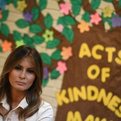 Melania Trump framför teckning med text om medkänsla