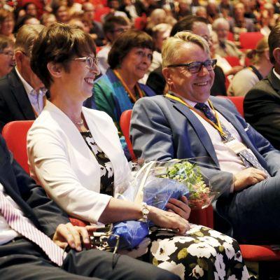 Sari Essayah och Peter Östman sitter och ser glada ut på KD:s partimöte i Uleåborg.