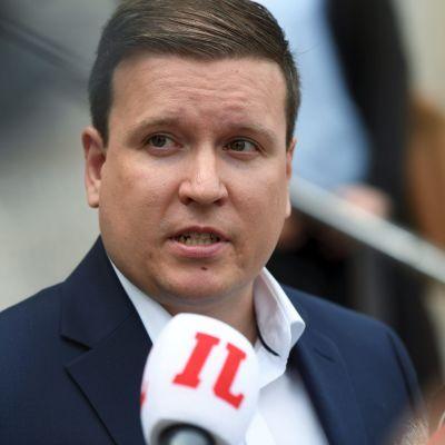 Ville Tavio håller presskonferens utanför riksdagshuset torsdagen 23 juli.