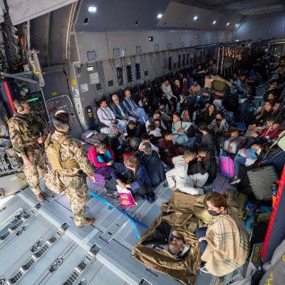 Afganistanilaiset pakolaiset evakuoitavana Saksan ilmavoimien lennolla Uzbekistanissa.