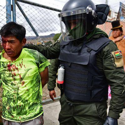 Polisen griper en anhängare till Morales i huvudstaden La Paz på måndagen.