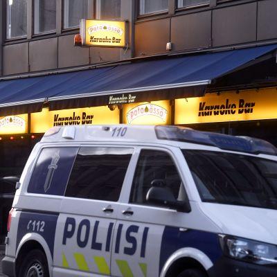 Poliisiauto pysäköitynä ravintola Pataässän edustalla.