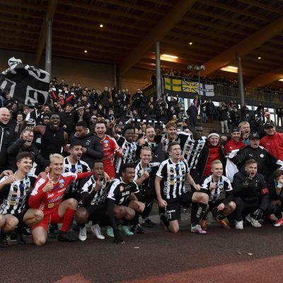 VPS firar ligaplatsen med sina fans.