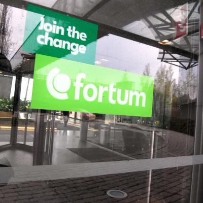 Fortumin logo pääkonttorin ovessa Espoossa.