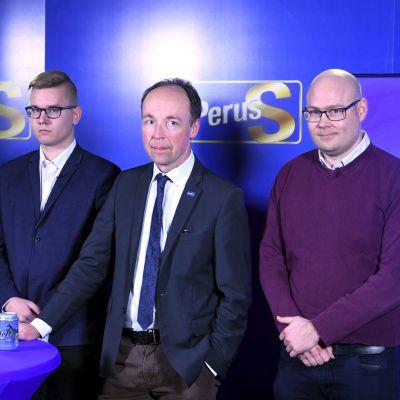 Jenna Simula, Asseri Kinnunen, Jussi Halla-aho och Simo Grönroos under en presskonferens
